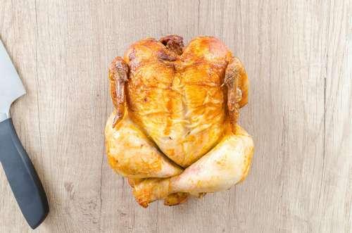 plumer un poulet avec une plumeuse